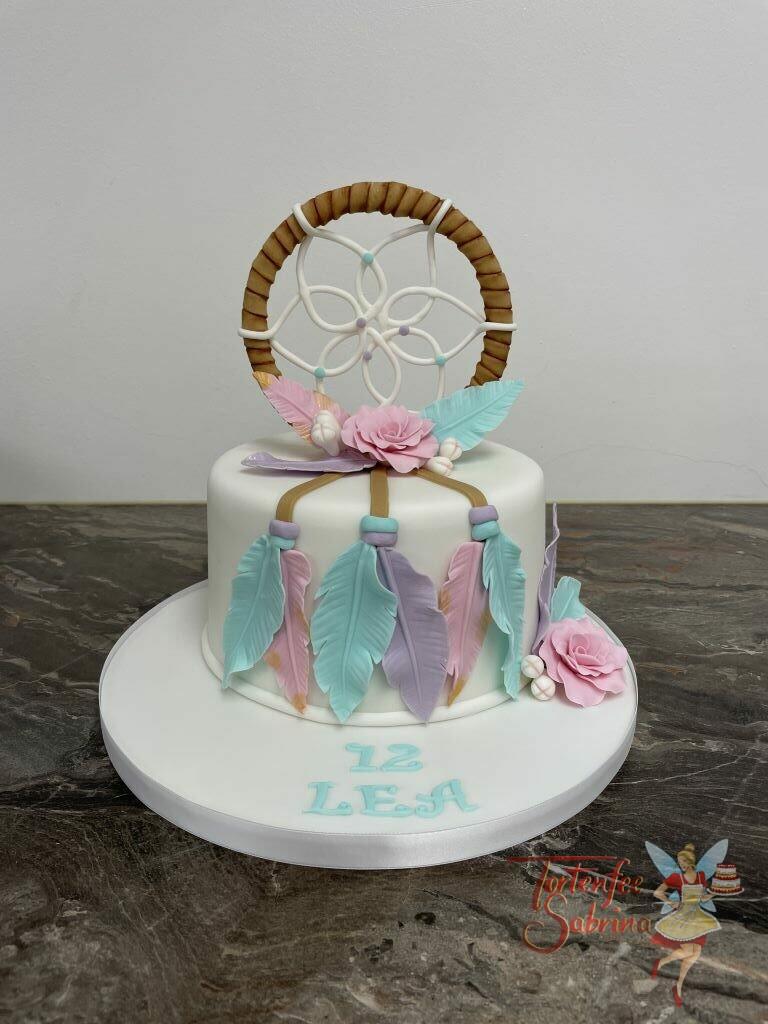 Geburtstagstorte Mädchen - Traumfänger mit Federn und dem aufwendigen Muster in der Mitte ziert die Torte, ebenso wie die Blumen und Federn.
