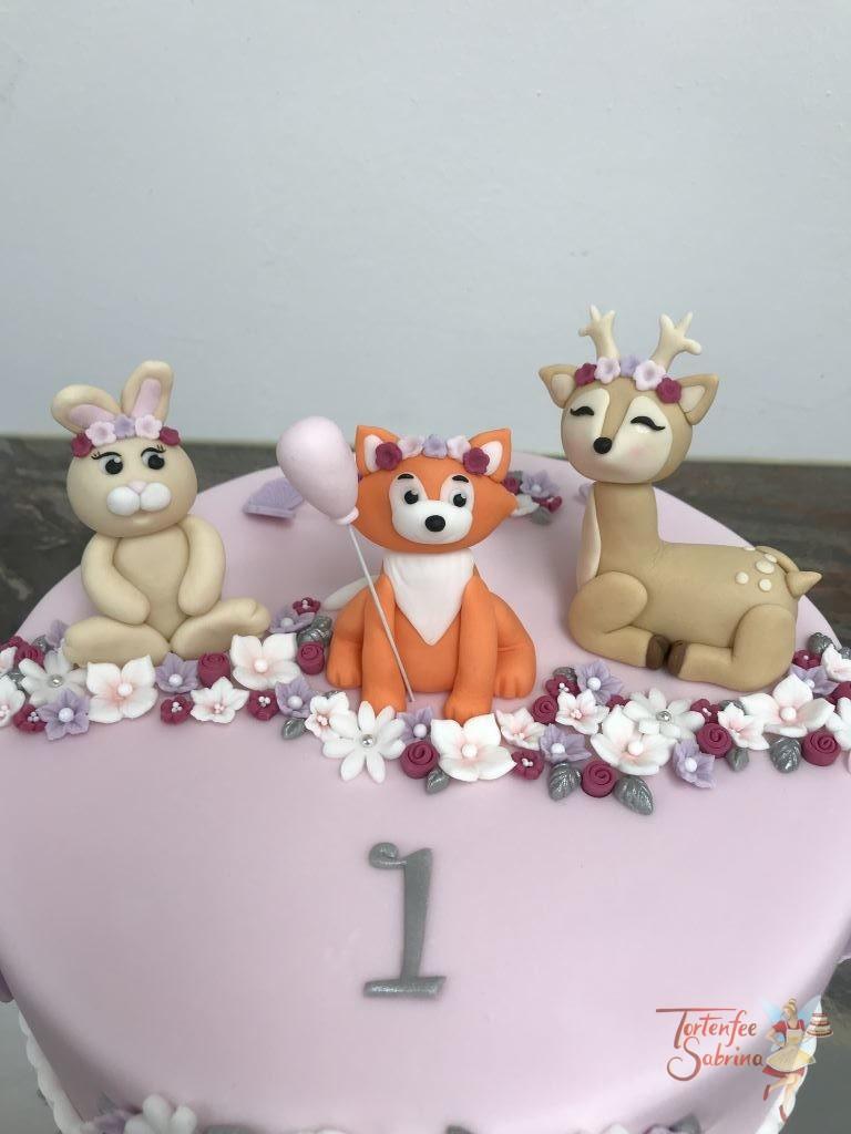 Geburtstagstorte Mädchen - Waldtiere zwischen Blumen, hier treffen sich 3 Tiere ein Hase, ein Fuchs und ein Reh in mitten von bunten Blumen.