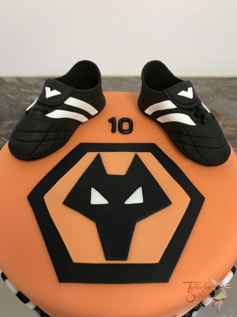 Geburtstagstorte Buben - Wolverhampton Wanderer Logo des Vereins, verziert mit Fußballschuhen und Fußbällen.