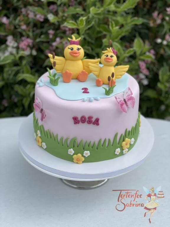 Geburtstagstorte Mädchen - Zwei Entchen im Teich plnatschen zwischen den Schilff, und rundherum ist eine Blumenwiese.