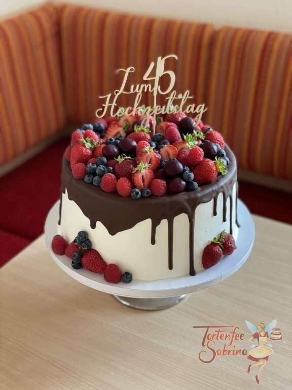Hochzeitstagstorte - Messinghochzeit, der 45 Hochzeitstag in Form des Cake Toppers auf dem fruchtigen Drip-Cake.
