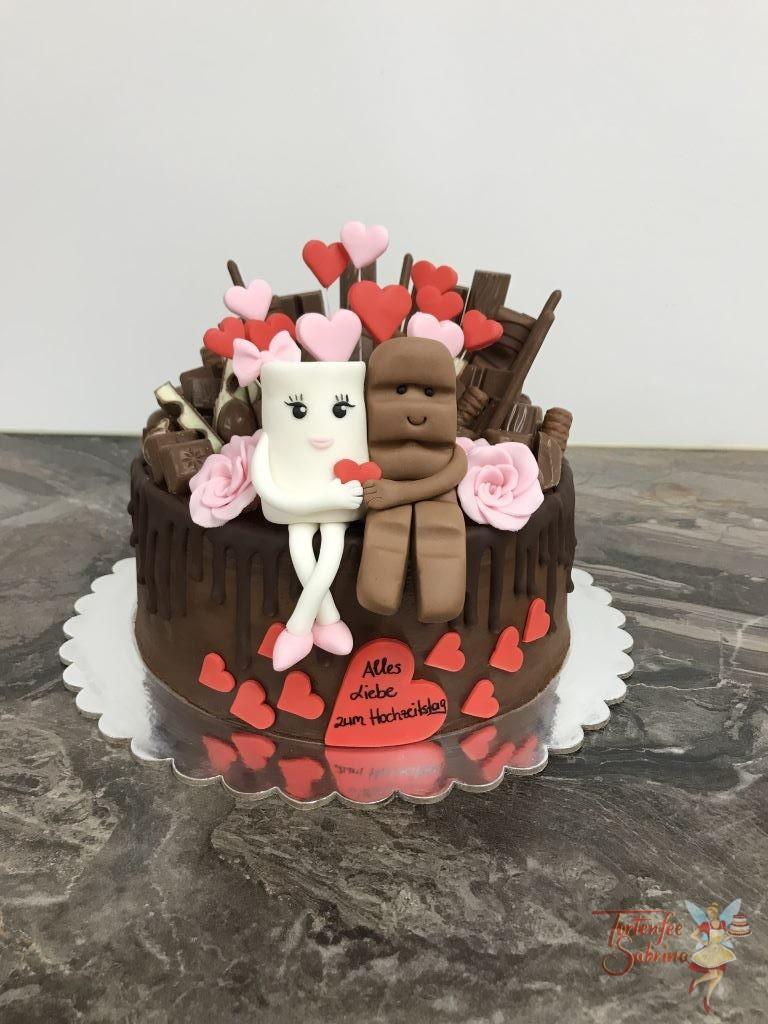 Hochzeitstagstorte - Milky, Schoki and lots of sweets. Ein süßer Drip Cake mit Milky and Schoki Arm in Arm und mit vielen Herzen und Süßigkeiten.