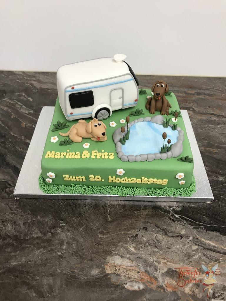 Hochzeitstagstorte - Mit den Hunden auf Reisen. Diese Torte wurde verziert mir den beiden Hunden und Wohmobil als Reisegefähr bei einem Teich.