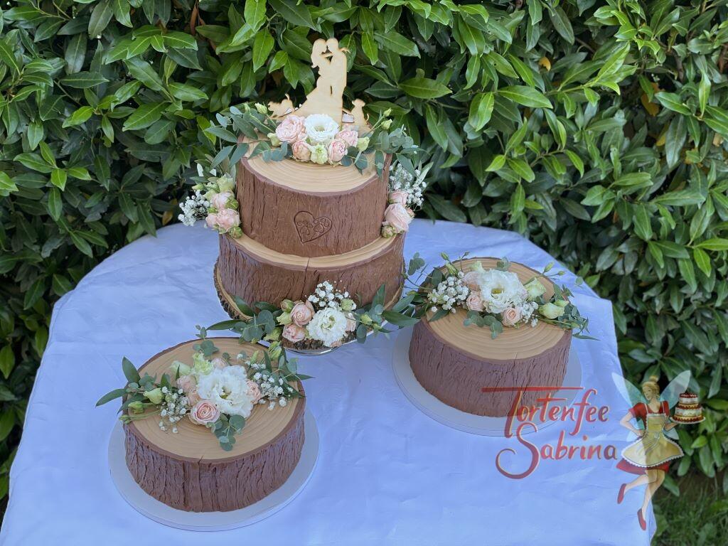 Hochzeitstorte - Baumstamm mit Pfotenabdruck welcher in die Rinde geschnitten wurde, ganz oben der persönliche Cake Topper.