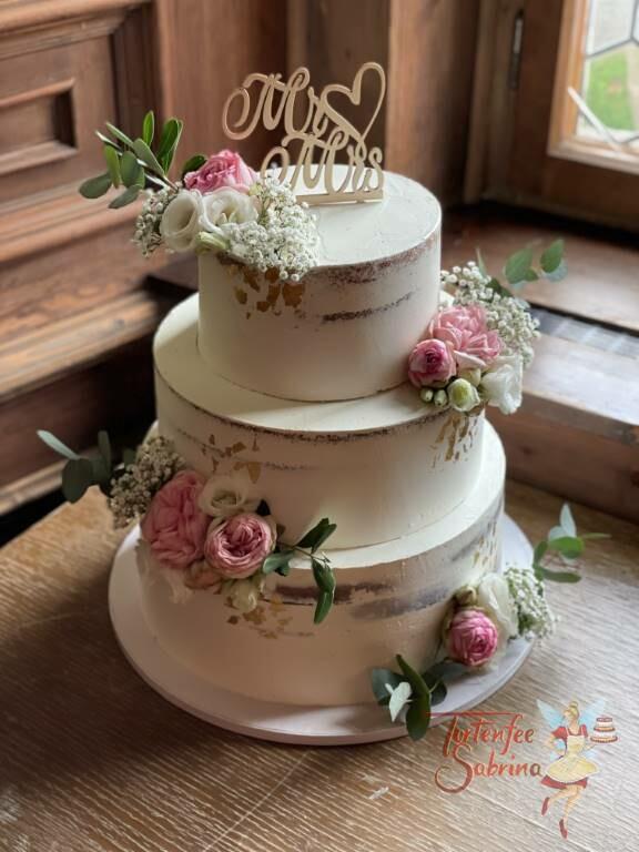 Hochzeitstorte - Blumen mit glänzendem Gold im Bereich der Rosengestecke, ganz oben auf der Torte der passende Topper.