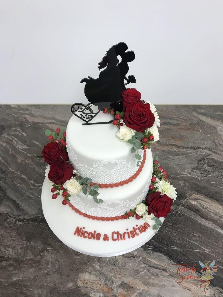 Hochzeitstorte - Blumen mit Spitze, wir wurde mit essbarer Spitze gearbeitet und mit echten Blumen verziert. Oben drauf ist der Cake Topper ein tanzendes Paar.