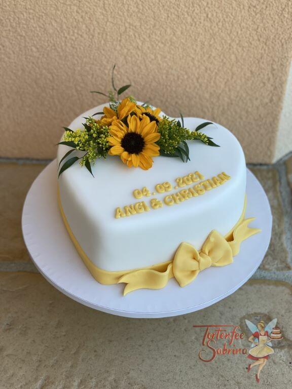 Hochzeitstorte - Herz mit Sonnenblumen sowie Name und Datum der Hochzeit. Der untere Abschluß ist eine gelbe Schleife.
