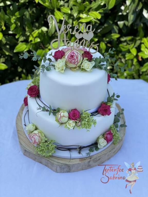 Hochzeitstorte - Holzranke mit Rosen in den Farben rosa und weiß. Ganz oben auf der Torte ist der persönliche Cake-Topper.