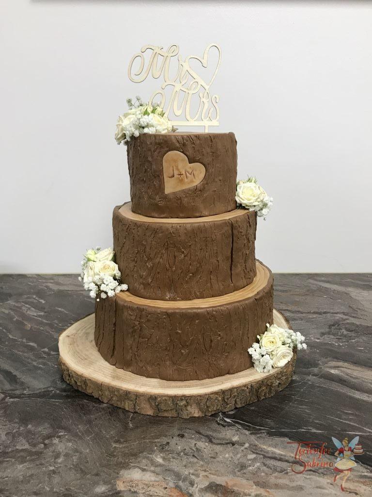 Hochzeitstorte - Holzscheiben mit Blumen. Hier wurde die Torte in Form von Holzscheiben hergestellt und mit echten Blumen verziert.