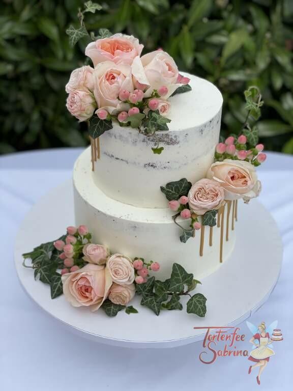 Hochzeitstorte - Rosen mit Efeu mit diesen Blumen wurde die Torte dekoriet, fehlen durfte auch der dezente goldene Drip.