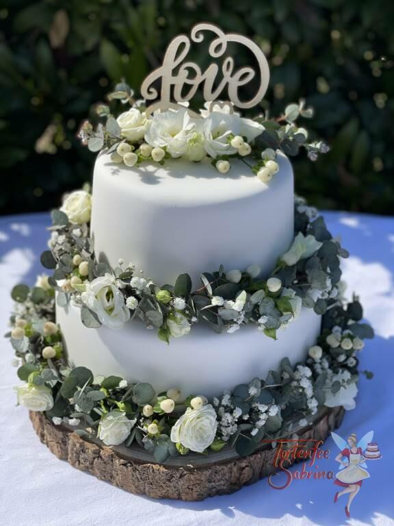 Hochzeitstorte - Rosen und Eukalyptusblätter zieren diese Torte in Form einer Girlande, oben drauf ein Cake Topper.