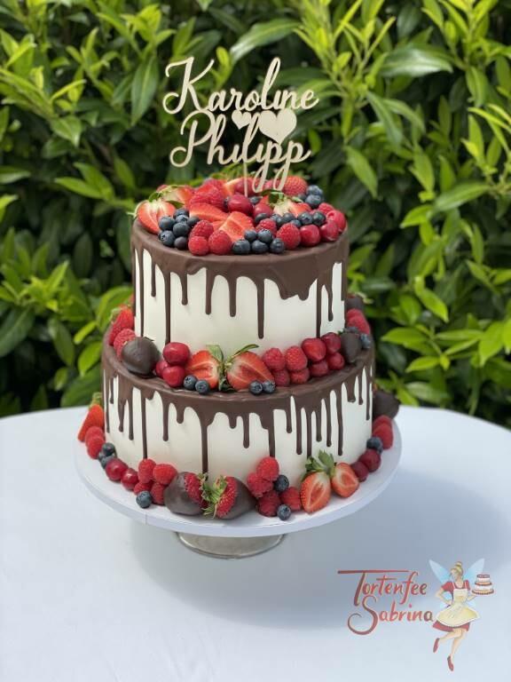 Hochzeitstorte - Schokolade und Früchte zieren die Hochzeitstorte, diese wurden sorgfältig auf die Torte gesetzt.