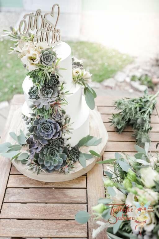 Hochzeitstorte - Topper und Sukkulenten, hier wurde die Torte mit den sogenannten Hauswurzen verziert im Stil eines Wasserfall.