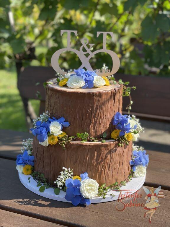 Hochzeitstorte - Unendlich am Baumstamm mit den beiden Anfangsbuchstaben und dem Hochzeitsdatum in Form des Cake Toppers.