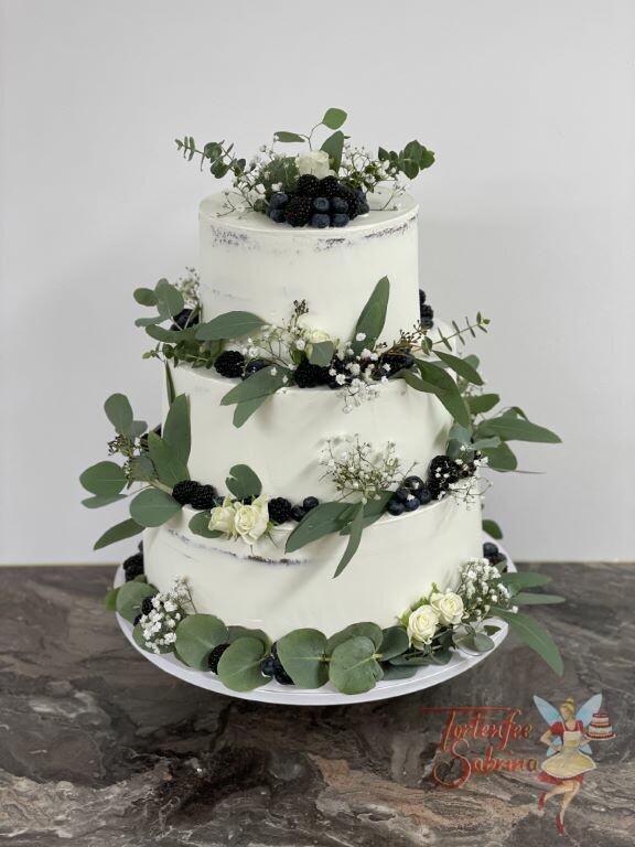 Hochzeitstorte - Viele blaue Beeren und Blätter verschönern die schlichte weiße Torte, ebenfalls auf der sind weiße Rosen.