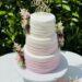 Hochzeitstorte - Von rosa bis weiß wurden hier die Streifen angeordnet von unten nach oben mit einem Cake-Topper.