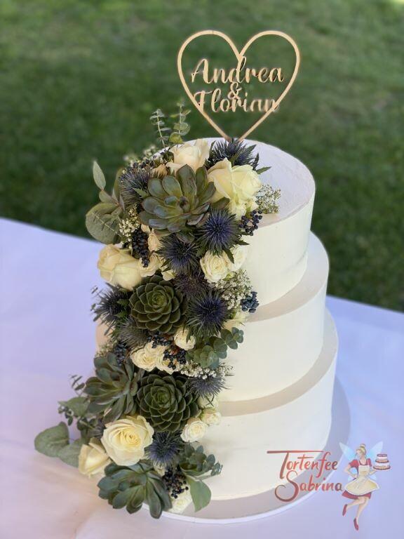 Hochzeitstorte - Weiße Rosen mit Sukkulenten zieren von unten bis oben die Torte, ganz oben ist der persönliche Cake Topper.