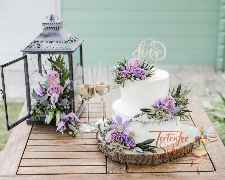 Hochzeitstorte - Zarter Lila Blumengruß bestehend aus Rosen, Clematis und Disteln verzieren die Torte, ebenso ein Cake Topper.
