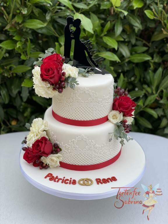 Hochzeitstorte - Zuckerspitze mit rotem Band und roten Rosen, ganz oben auf der Torte der persönliche Cake-Topper.