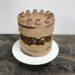 Naked Cake, Fault Line Cake mit Süßigkeiten und goldener Zierlinie