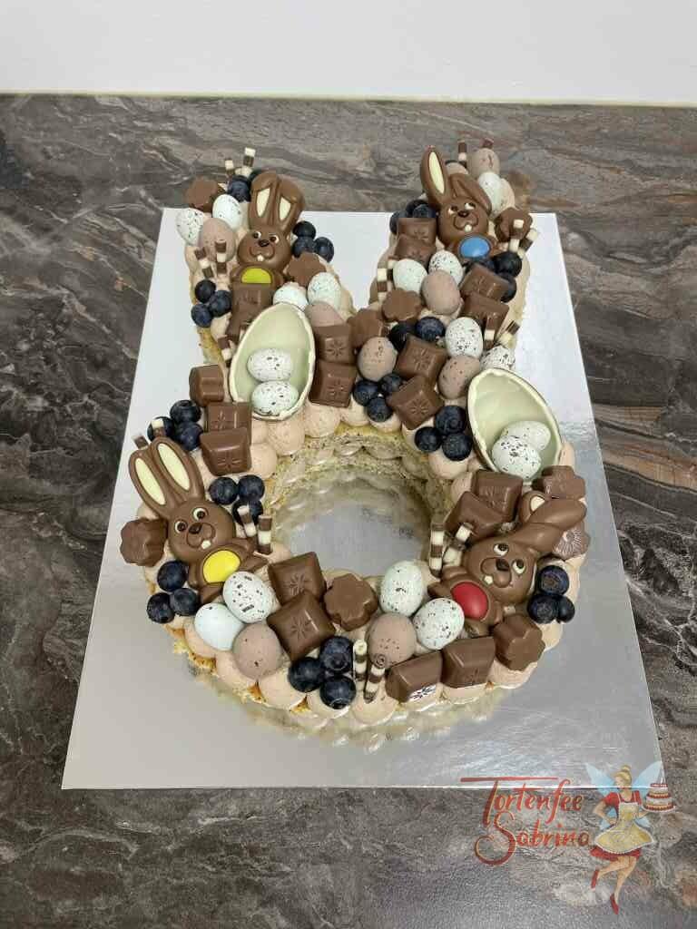 Number Cake - Hasenohren wurden hier mit Beeren und vielen verschiedenen Süßigkeiten verziert.