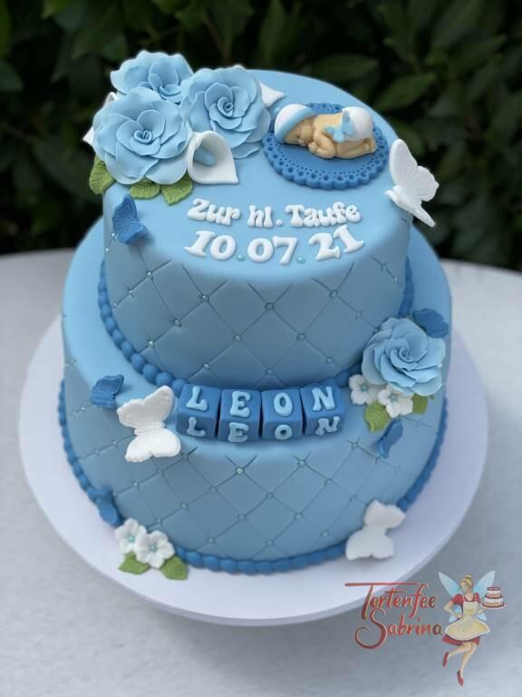 Tauftorte - Baby auf blauer Decke mit weißer Haube und Windel, die Torte wurde mit seitlich mit einem Rautenmuster und Perlen verziert.