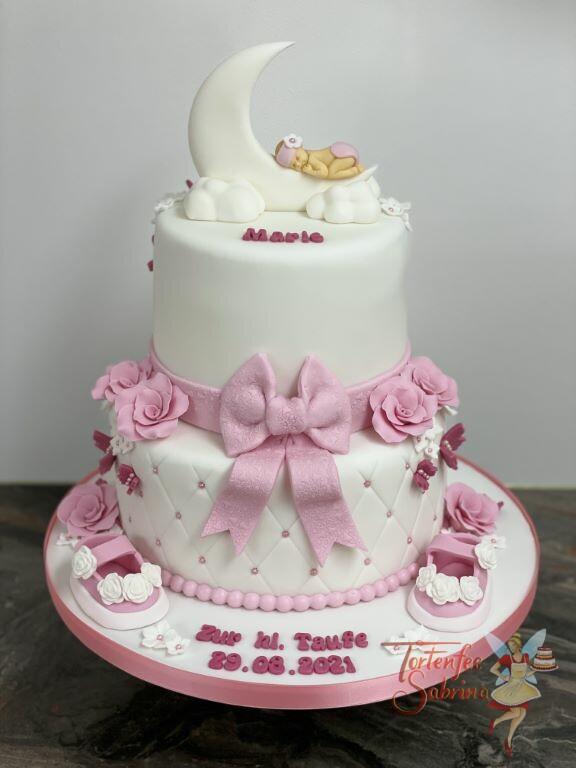 Tauftorte - Baby im Mond mit einer schönen rosa Schleife und Blumen, der untere Teil ist mit einem Rautenmuster und Perlen verziert.