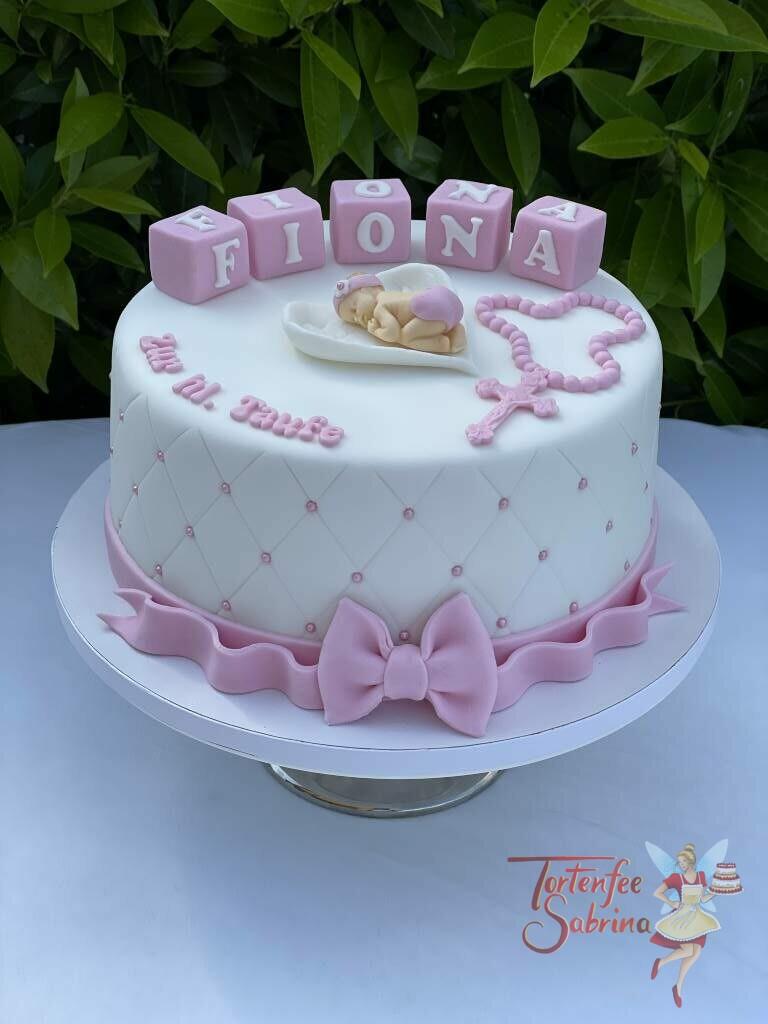 Tauftorte - Baby liegt in Engelsflügel neben einem rosa Rosenkranz, die Torte wurde noch mit einem Rautenmuster und Perlen verziert.