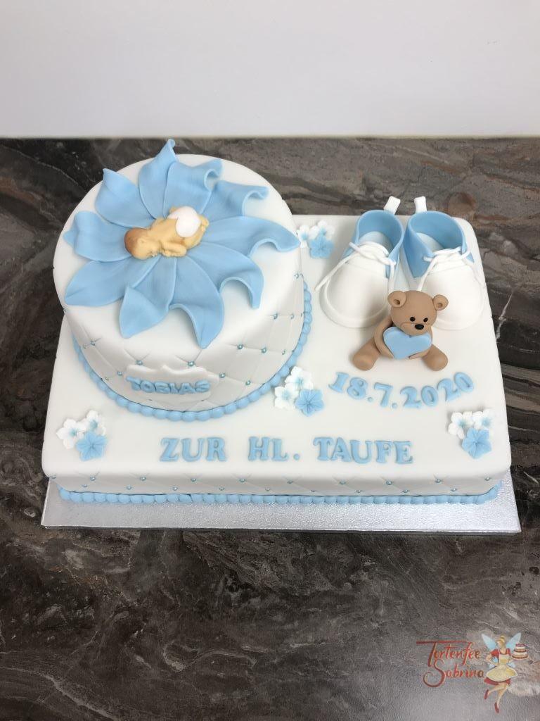 Tauftorte - Baby mit Bärchen, verziert mit Blumen, Perlen, Schüchen und in einer Blumenblüte liegt das Baby.
