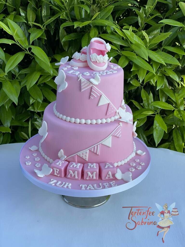 Tauftorte - Babyschuhe mit Wimpelkette, hier wurde die rosa Torte auch noch mit dem Namen auf Würfel verziert.