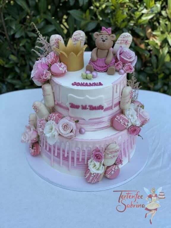 Tauftorte - Bär mit Schleife und Korne sind oben auf der Torte, ebenfalls auf dem Drip Cake sind Makarons und Cakesicles.