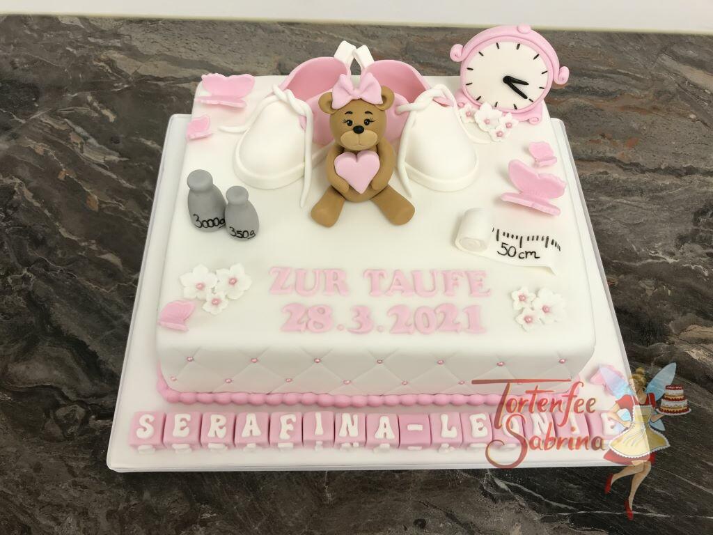 Tauftorte - Bärchen mit Babyschuhen sind auf die Torte modelliert, ebenso ziert die Torte unten eine Würfelreihe mit dem Namen des Taufkindes.