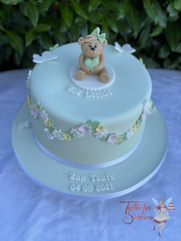 Tauftorte - Bärchen mit Blumenkette in zarten Farben mit Schmetterlingen. Der Bär trägt eine Schleife und ein Herz.