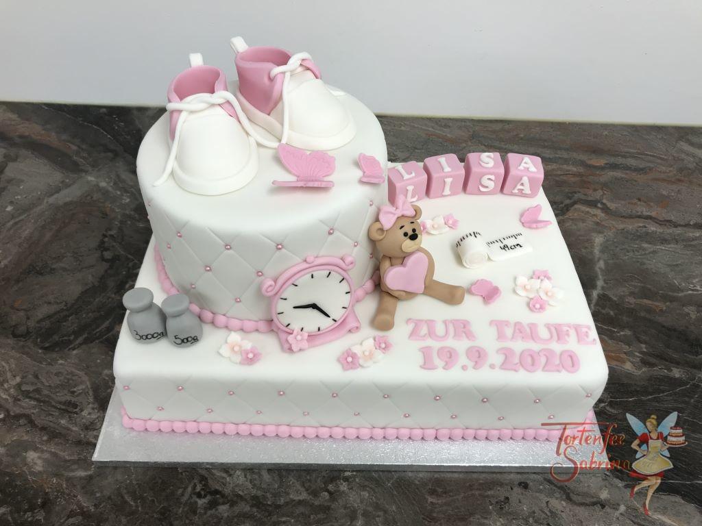 Tauftorte - Bärchen mit Uhr und Rautenmuster mit Perlen. Auf der Torte sind noch Schuhe, Schmetterlinge und Blumen.