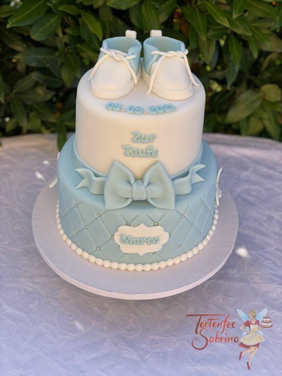 Tauftorte - Blaue Schüchen auf der Torte, darunter eine blaue Schleife. Der untere Teil wurde mit einem Rautenmuster und Perlen verziert.