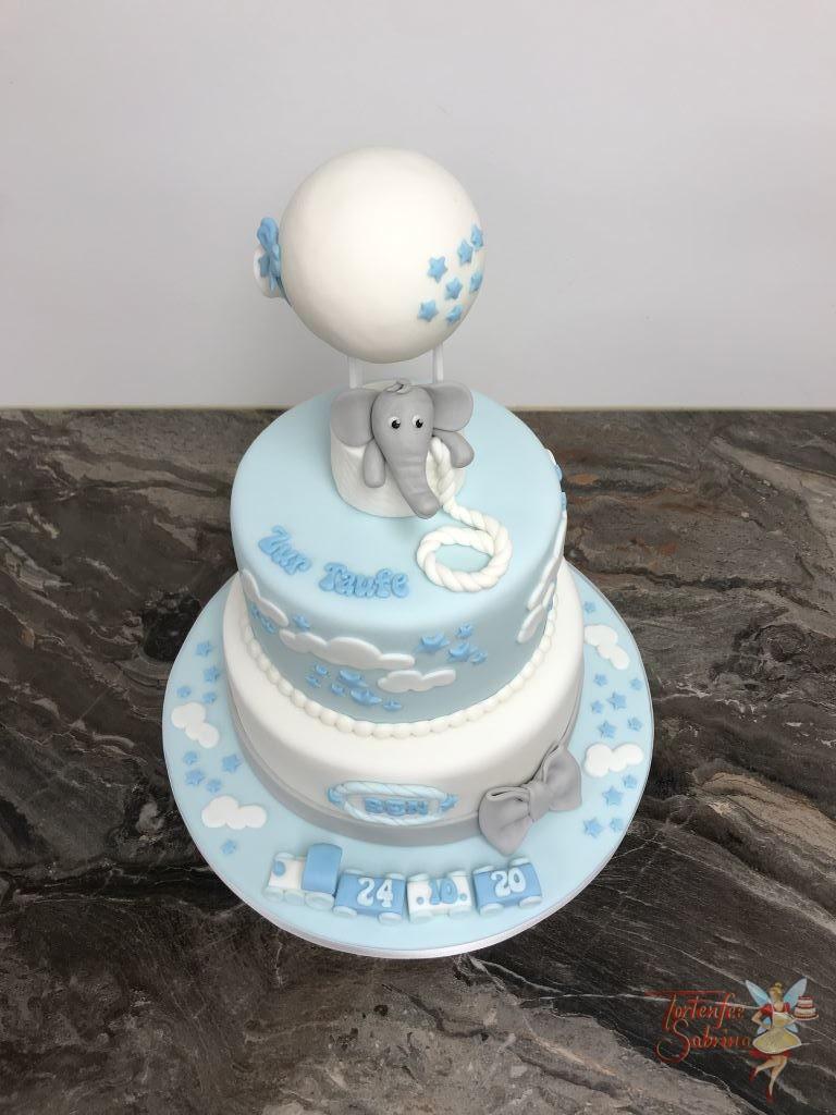 Tauftorte - Elefant im Heißluftballon ziert ganz obend die Torte. Ebenfalls wurde die Torte mit einem Zug, Wolken und Sternen dekoriert.