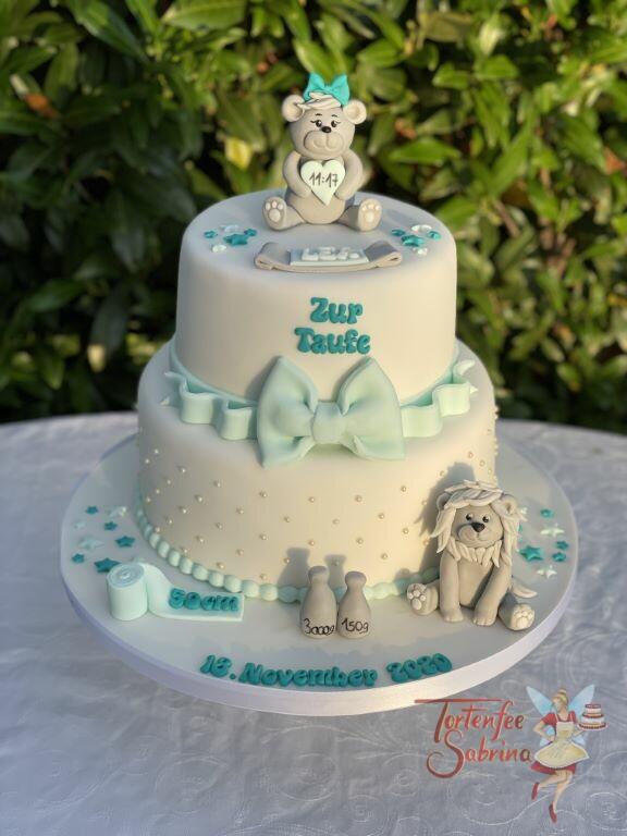 Tauftorte - Grauer Bär und Löwe, die Torte wurde mit Zuckerperlen und Sternen verziert. Eine Schleife schließt die obere Torte ab.