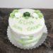 Tauftorte - Grüne Schildkröte ist umgeben von schönen Blumen. Die Torte wurde am Rand mit einem Rautenmuster und Perlen verziert.