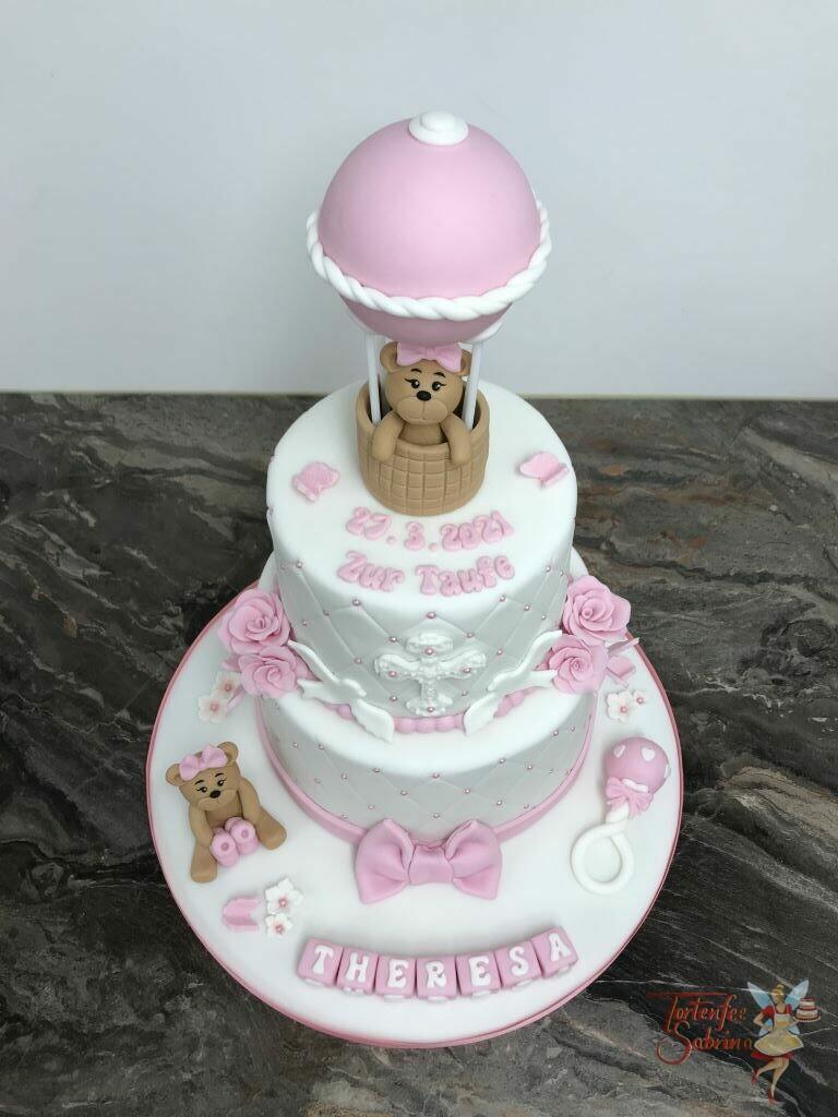 Tauftorte - Heißlufballon mit Bärenmädchen ziert diese Torte, ebenso ist diese Torte mit Rosen, Kreuz und Tauben verziert.