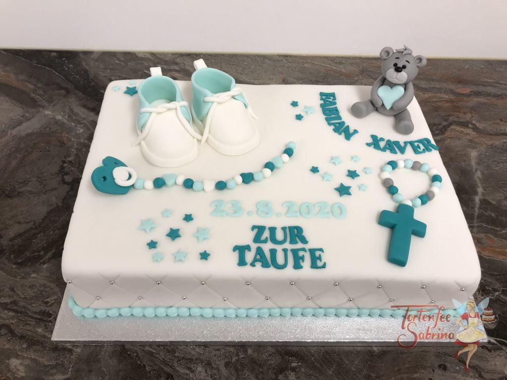 Tauforte - Schuhe in Türkis. Mit auf der Torte sind ein niedlicher Bär, eine Schnullerkette und ein Kreuz, alles in den passenden Farben.