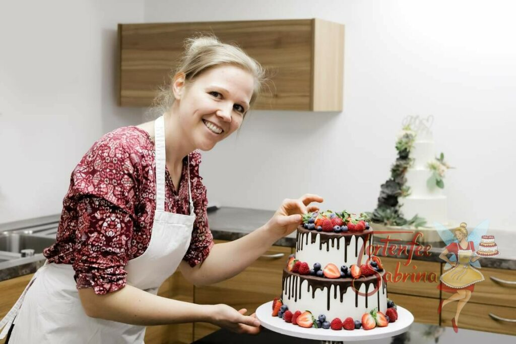 Tortenfee Sabrina - alias Sabrina Hartl bei ihrer Arbeit dem verzieren und dekorieren der Torten.